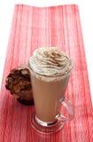 Tasse Kaffee latte cappucino und Muffin Stockbild