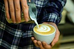 Tasse Kaffee Latte in der Kaffeestube Stockfotos