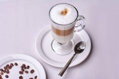Tasse Kaffee Latte-Restaurantweiß Stockfoto