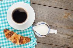 Tasse Kaffee, Milch und frisches Hörnchen stockfoto