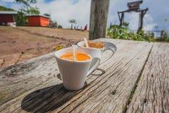 Tasse Kaffee, Milchtee im Holztischhintergrund Lizenzfreies Stockbild