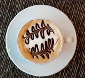 Tasse Kaffee mit Baummuster in einem weißen Cup Lizenzfreie Stockfotos