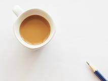 Tasse Kaffee mit Bleistift Stockfotografie
