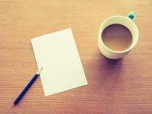 Tasse Kaffee mit Bleistift- und Papieranmerkung Lizenzfreie Stockfotos