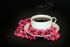 Tasse Kaffee mit Blumen Stockfotos