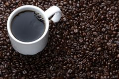 Tasse Kaffee mit Bohnen Stockfotografie