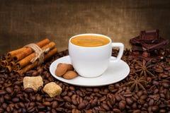 Tasse Kaffee mit Bohnen, Zimt und chokolate Lizenzfreies Stockfoto
