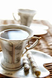 Tasse Kaffee mit Bonbons Stockfoto