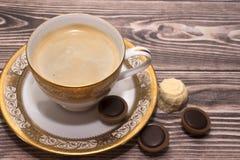 Tasse Kaffee mit Bonbons lizenzfreie stockfotografie