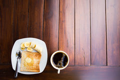 Tasse Kaffee mit Brot und Banane Lizenzfreie Stockfotografie