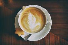 Tasse Kaffee mit Cappuccinokunst stockbilder