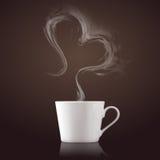 Tasse Kaffee mit Dampf in der Herzform stockfotos