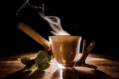Tasse Kaffee mit Dampf von ihm stockfotos