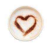 Tasse Kaffee mit dem geformten Herzen machen von Kakaopulverisolat O Lizenzfreies Stockfoto