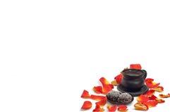 Tasse Kaffee mit den Blumenblättern der Rosen Stockfotografie