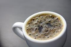 Tasse Kaffee mit dunklem Hintergrund Stockfotografie