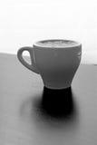 Tasse Kaffee mit dunklem Hintergrund Stockbild