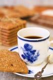 Tasse Kaffee mit einem typischen niederländischen speculaas Plätzchen Lizenzfreie Stockfotografie