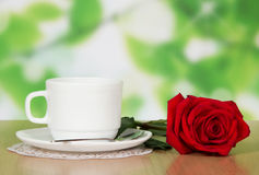 Tasse Kaffee mit einer roten Rose Lizenzfreies Stockbild
