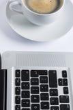 Tasse Kaffee mit einer Tastatur Stockfoto