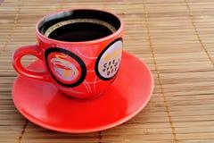 Tasse Kaffee mit einer Untertasse auf einer horizontalen Oberfläche Stockfotografie