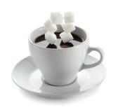 Tasse Kaffee mit fallendem Zuckerwürfel Lizenzfreie Stockbilder