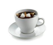 Tasse Kaffee mit fallendem Zuckerwürfel Stockbild