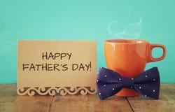 Tasse Kaffee mit Fliege Father& x27; s-Tageskonzept Stockbild