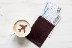 Tasse Kaffee mit Flugzeugen (Flugzeug hergestellt vom Zimt) Lizenzfreie Stockfotos