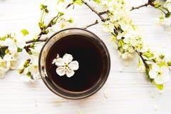 Tasse Kaffee mit Frühlingsblumen Lizenzfreies Stockbild