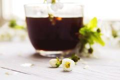 Tasse Kaffee mit Frühlingsblumen Lizenzfreie Stockfotografie