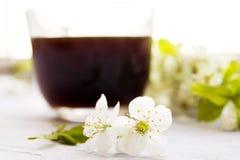 Tasse Kaffee mit Frühlingsblumen Lizenzfreies Stockfoto