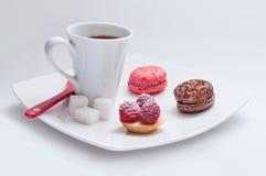 Tasse Kaffee mit französischem Gebäck lizenzfreie stockfotos