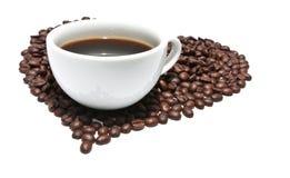 Tasse Kaffee mit gebratenen Kaffeebohnen stockfotografie