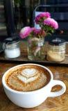 Tasse Kaffee mit gemaltem Herzbaum auf Schaum Lizenzfreie Stockbilder