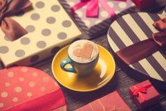 Tasse Kaffee mit Geschenken lizenzfreies stockfoto