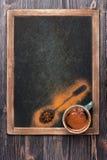 Tasse Kaffee mit Gewürzen auf Weinlesekandidatenlistetafel. Menübrett Lizenzfreie Stockfotos