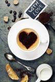 Tasse Kaffee mit Herzen auf Schaum Lizenzfreie Stockfotografie