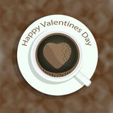 Tasse Kaffee mit Herzformbild auf buntem Hintergrund für Valentinsgruß-Tag und andere Gelegenheiten lizenzfreie abbildung