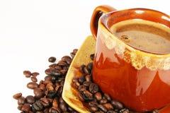 Tasse Kaffee mit Kaffeebohne lizenzfreie stockbilder