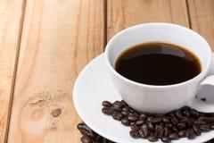 Tasse Kaffee mit Kaffeebohne Stockbilder