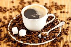 Tasse Kaffee mit Kaffeebohne Lizenzfreie Stockfotos