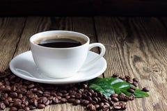 Tasse Kaffee mit Kaffeebohnen lizenzfreie stockfotografie