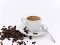 Tasse Kaffee mit Kaffeebohnen Stockfotografie