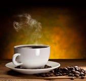 Tasse Kaffee mit Kaffeebohnen Stockbild