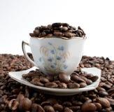 Tasse Kaffee mit Kaffeebohnen lizenzfreie stockfotos