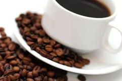 Tasse Kaffee mit Kaffeebohnen Stockbilder