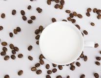 Tasse Kaffee mit Kaffeebohnen auf einem hellen Hintergrund Stockfoto