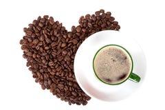 Tasse Kaffee mit Kaffeebohnen auf Weiß Lizenzfreies Stockbild