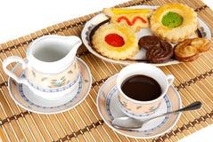 Tasse Kaffee mit Kuchen Stockfotos